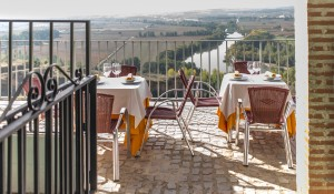 Patio Hotel Juan II with view of Rio Duero